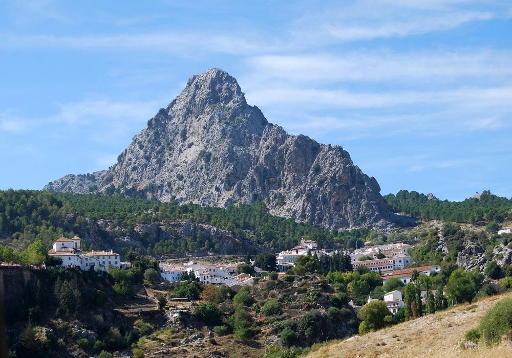 Bergmassiv im Hintergrund, Andalusien - Spanien.